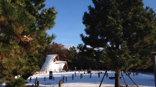 雪化粧した縄文時代の復元住居:野々市市御経塚遺跡公園