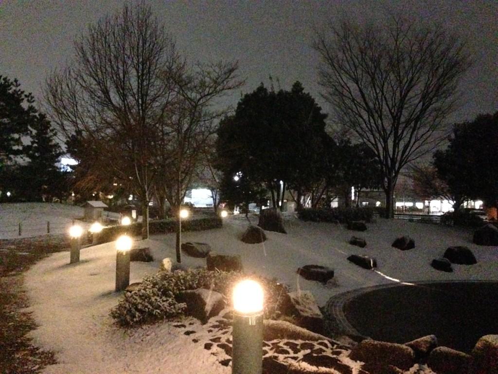雪の降る夜の泉の広場